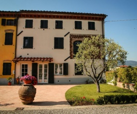 House in Tuscany! Design and rustic court in Lucca