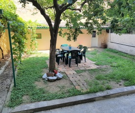 Elegant Family Apartment With Private Patio Garden